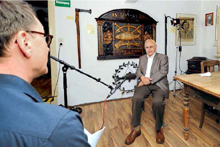 Jakob Feickert (r.) beim Dreh mit dem Rheinhessen-Filmteam in der Bojemääschterei. Foto: pa/Ben Pakalski